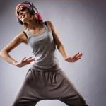 krásná tanečnice izolovaných na šedém pozadí — Stock fotografie