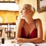 bella donna in un ristorante — Foto Stock