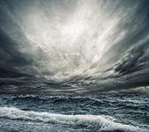 Grande oceano onda quebrando a costa — Foto Stock