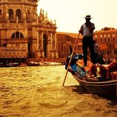 Traditional Venice gandola ride — Stockfoto