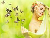 Giovane e bella donna e farfalle volanti — Foto Stock