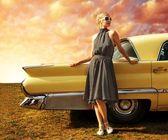 Bella signora in piedi vicino auto retrò — Foto Stock