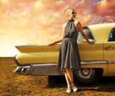 красивая дама, стоящая возле ретро-автомобилей — Стоковое фото