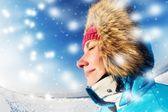 美丽的女人享受冬季天 — 图库照片