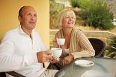 Casal de meia idade bebendo caffee — Foto Stock