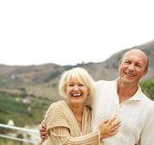 Pareja de mediana edad al aire libre — Foto de Stock