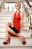 Blonďatá dáma stojící na schodů — Stock fotografie