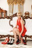 Blonde dame kiezen een paar schoenen — Stockfoto