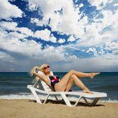 Blonde vrouw ontspannen in de buurt van de zee — Stockfoto