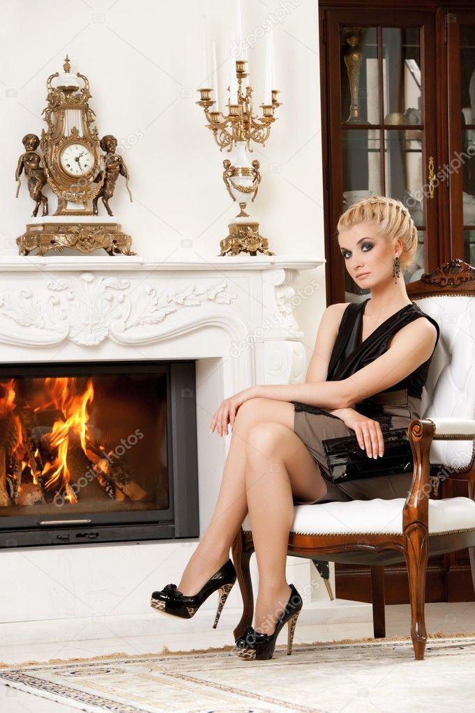 возле камина блондинка