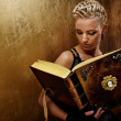 Steam punk girl with a book — 图库照片