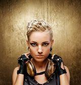 用耳机有吸引力的蒸汽朋克女孩的肖像 — 图库照片
