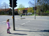The lonely little girl on a traffic light — Stock Photo