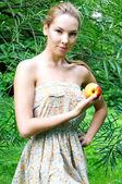 Piękna kobieta z jabłkiem — Zdjęcie stockowe
