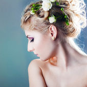 Elegant fashionable woman with flowers — Stock fotografie
