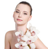 Woman with clean skin and flowers — Stock Photo