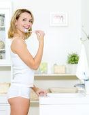 Chica feliz limpiando los dientes — Foto de Stock