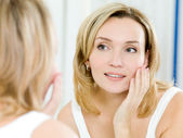 Beautiful young girl with a clean fresh skin — Stock Photo