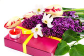 A bouquet of flowers and gift isolated on white... — Stock Photo
