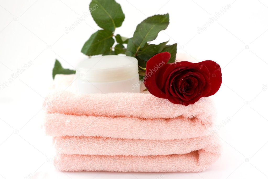 A bouquet of roses and a natural cream on a pile of towels — Stock Photo #6735711