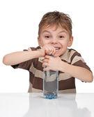 Garçon avec une bouteille d'eau — Photo