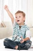 Bir video oyunu oynayan mutlu çocuk — Stok fotoğraf