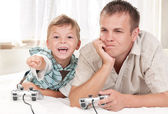 Happy family playing a video game — Stockfoto