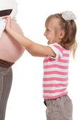 Schwangere frau mit ihrer tochter — Stockfoto