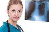 Doktor s výsledky mr obrazu — Stock fotografie
