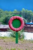 Röd liv bevarare på kolumnen grön — Stockfoto