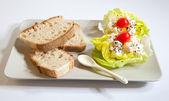 受け皿にレタスのロシア語のサラダとパンします。 — ストック写真
