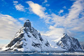 Schneebedeckte berge in der antarktis — Stockfoto
