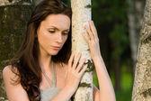 Meisje in een berk grove — Stockfoto