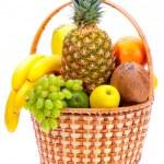 Плетеная корзина, полная спелых фруктов stock photography.