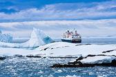 Duży statek wycieczkowy — Zdjęcie stockowe