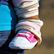 Newborn baby leg in the shoe - Foto Stock