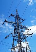Vysoké napětí věž na modré obloze — Stock fotografie