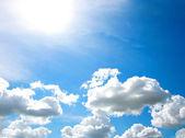 Bulutlar gökyüzü üzerinde — Stok fotoğraf