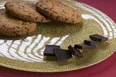 Chocolate e biscoitos em um prato — Fotografia Stock
