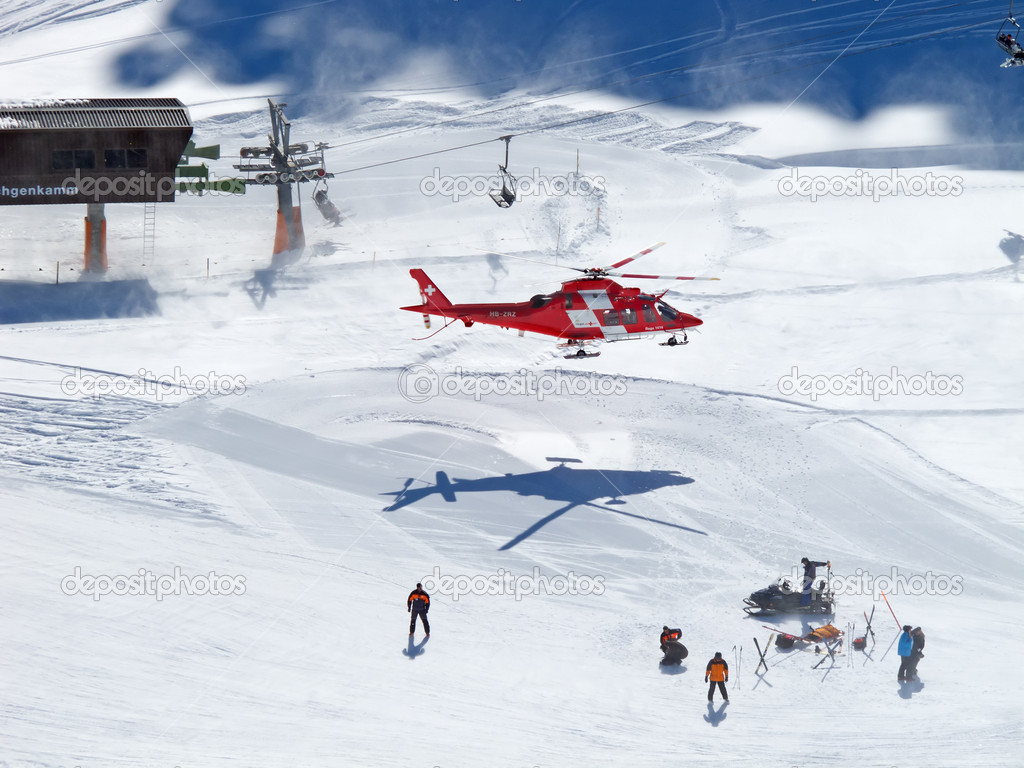 FLUMSERBERG - MARCH 5: The rescue helicopter evacuating skiier after heavy accident, Flumserberg, Switzerland on March 5, 2011. Skiing safety becoming an issue  — Stock Photo #6122300