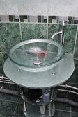 洗脸池和水龙头和管道的水的流量 — 图库照片