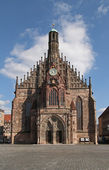 Main Market with famous Frauenkirche Nuremberg — Stock Photo
