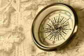 Alte Kompass auf antike Karte — Stockfoto