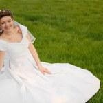 la novia en el césped — Foto de Stock