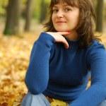 fille sur une forêt d'automne fond — Photo