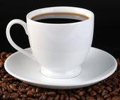 Kopp kaffe på svart — Stockfoto