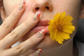 Cara femenina y arte de uñas — Foto de Stock