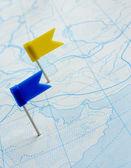 Bayrak harita üzerinde bir pin — Stok fotoğraf