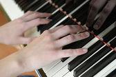 Mains au-dessus des touches d'un piano — Photo