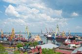 Seaport och tornet kranar — Stockfoto